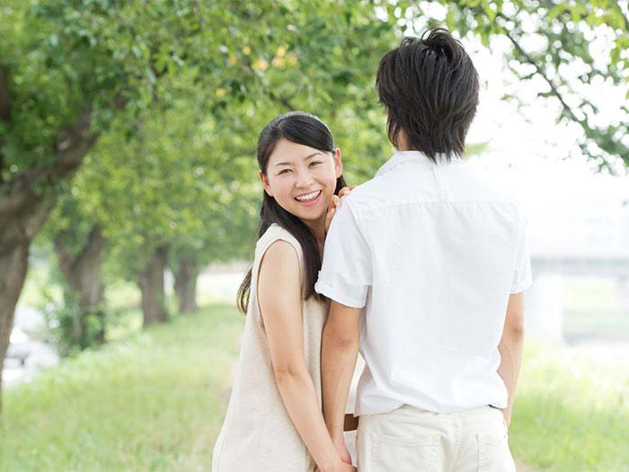 笑顔の女性と彼氏