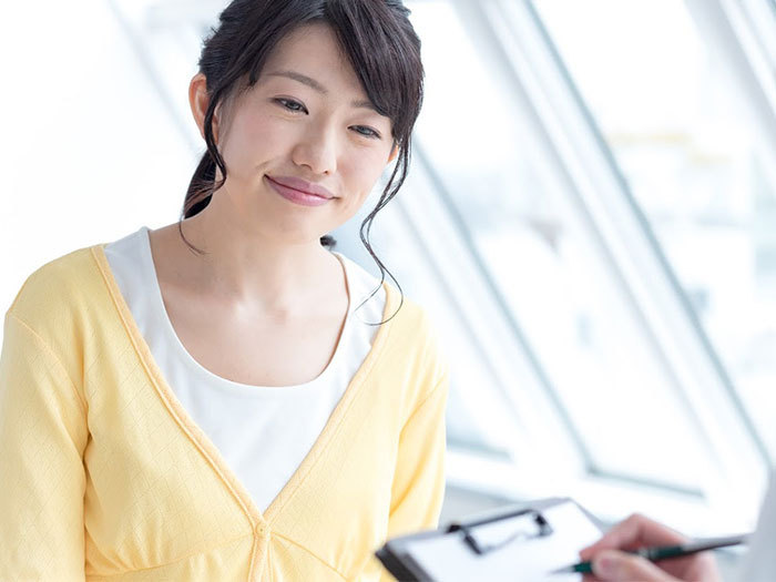 笑顔でカウンセリングを受ける女性