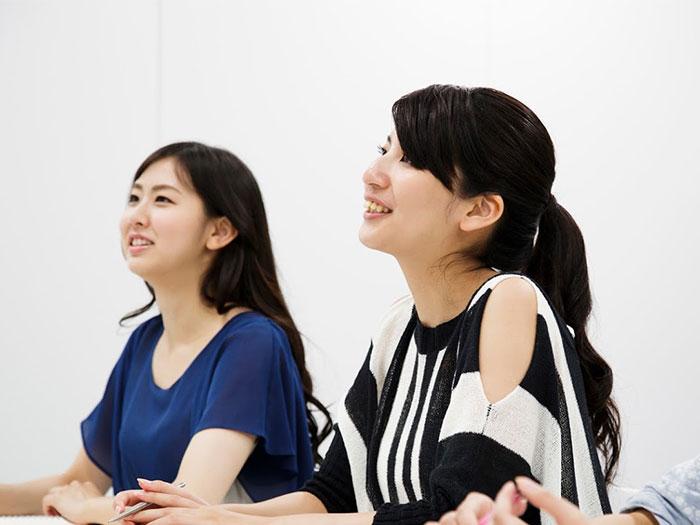 グループでカウンセリングを受ける女性