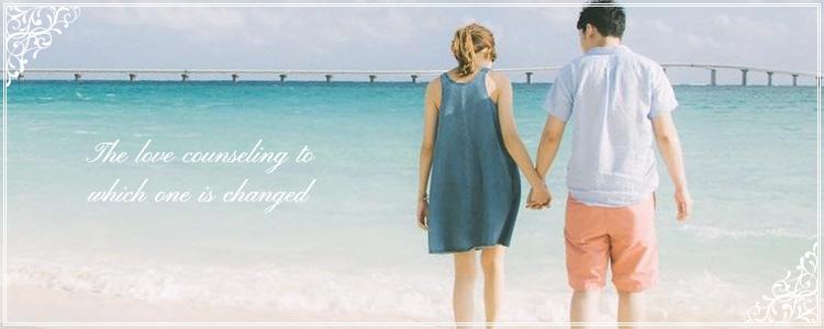 手を繋いで砂浜で幸せそうなカップル