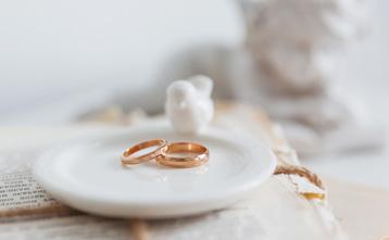 置かれた婚約指輪
